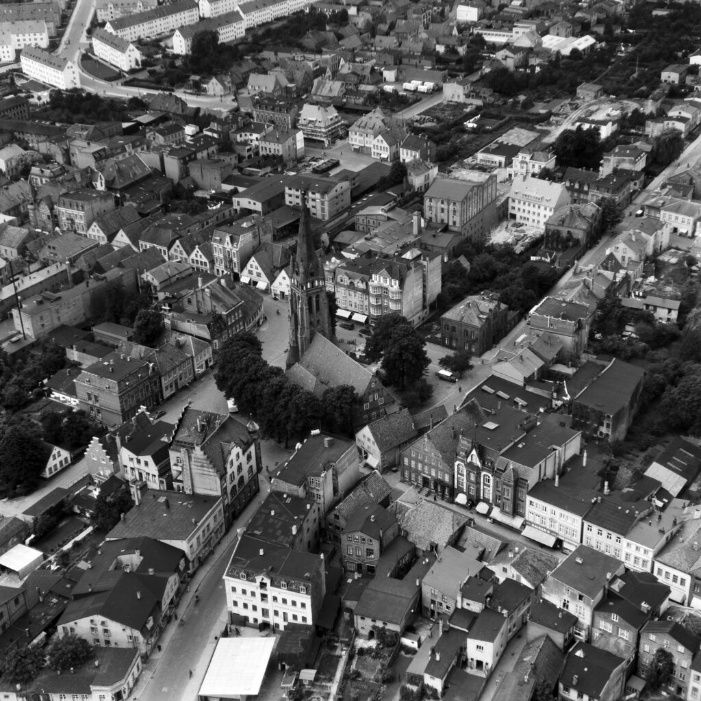 Luftbild Elmshorn Innenstadt mit Alter Markt und Nikolaikirche, Aug. 1954