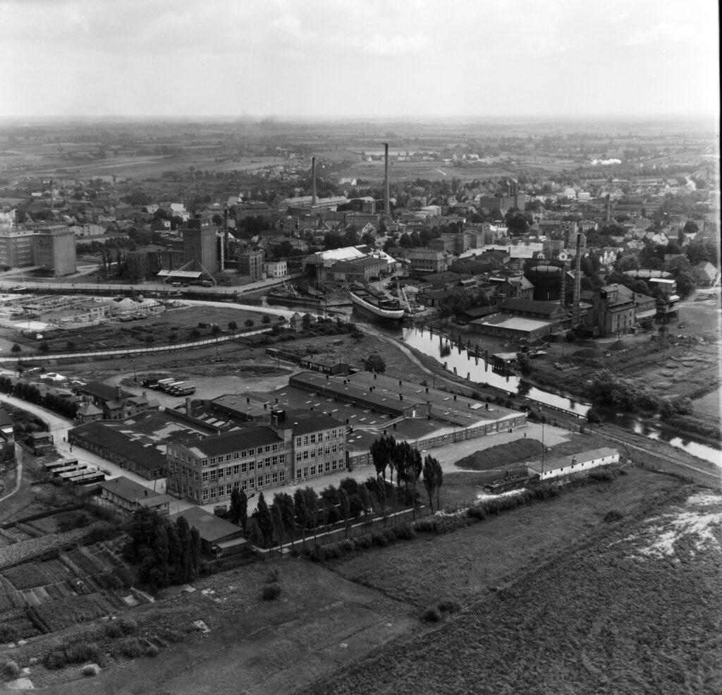 Luftbild Elmshorn Fernmeldezentralzeugamt Elmshorn (FZZA-E), Hafen mit Kremer Werft und Stadtwerke, Mühlen, Aug. 1954